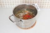 Шаг 11. Добавить овощи, соль, перец и лавровый лист к машу, перемешать и варить