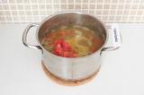 Шаг 12. Добавить помидор и оставить на огне еще на 3 минуты.