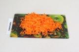 Шаг 4. Натереть морковь на крупной терке.