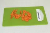Шаг 2. Нарезать морковь произвольно.
