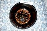 Шаг 1. Залить фасоль 200 граммами воды и варить 1 час.