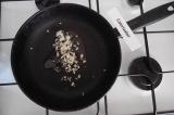 Шаг 3. Обжарить лук на подсолнечном масле.