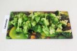 Шаг 9. Порезать брокколи и добавить в суп. Варить еще 4 минуты.