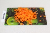 Шаг 3. Натереть морковь на терке.