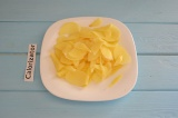 Шаг 2. Картофель очистить и нарезать тонкими слайсами.