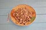 Шаг 3. Лук мелко нарезать кубиками и обжарить на растительном масле, добавить фа
