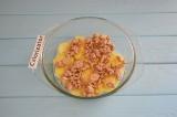Шаг 5. Подготовить форму для выпекания. На дно выложить слайсы картофеля и добав