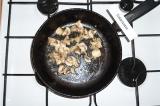Шаг 3. На подсолнечном масле слегка обжарить лук с грибами.