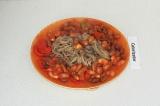 Шаг 6. Выложить сверху собы тушеные овощи и украсить зеленью.