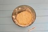 Шаг 4. Добавить остальную часть муки, замесить тесто. Накрыть полотенцем и поста