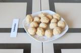 Шаг 5. Из кокосовой массы сформировать шарики.