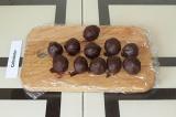 Шаг 6. Каждый шарик окунуть в шоколад и убрать в холодильник до полного застыван