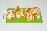 Шаг 2. Нарезать апельсины на кусочки.