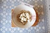 Шаг 4. Измельченные овощи смешать с творогом и посолить.