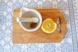 Шаг 1. Смешать сок лимона, горчицу и масло.
