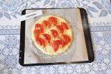 Шаг 5. На тесто выложить нарезанный томат. Выпекать в духовке 20 мин при 220 С.