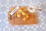 Шаг 3. Заполнить сухофрукты творогом с кокосовой стружкой.