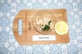Шаг 2. Смешать консервированный лосось с петрушкой и соком лимона.
