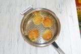Шаг 7. На сковороде с растительным маслом пожарить оладьи.