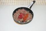 Шаг 4. Добавить специи и томатную пасту, продолжая тушить еще 3 минуты.