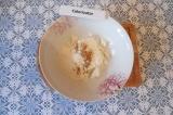 Шаг 1. Смешать все ингредиенты (кроме крахмала и вишни) и замесить тесто.