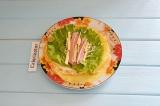 Шаг 6. На салат положить ветчину и сыр.