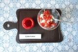 Шаг 4. Из помидора удалить мякоть и смешать ее с творогом. Нафаршировать этой