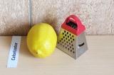 Шаг 3. Натереть цедру лимона.
