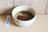 Шаг 4. В отдельной посуде смешать семена льна, яблочное пюре, пекмез и воду.