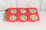 Шаг 6. Разложить в формочки для кексов и выпекать в течение 30 минут при 180 С.