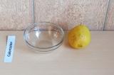 Шаг 6. Выдавить лимонный сок и смешать с оливковым маслом. Перед подачей заправи