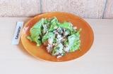 Готовое блюдо: салат с горбушей и фасолью