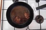 Шаг 1. Обжарить печень на подсолнечном масле.