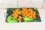 Шаг 1. Нарезать морковь.
