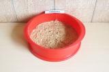 Шаг 6. Выложить основу в форму и отправить в духовку на 30 минут при 180 С.