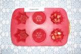 Шаг 6. На дно формы выложить клубнику и отправить в холодильник на 5-7 минут.
