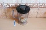 Шаг 3. Кешью взбить блендером до однородной массы с 20 мл воды.