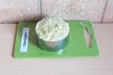Шаг 6. Полученную массу выложить в форму и отправить в холодильник на 10 минут.
