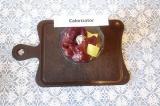 Шаг 2. Нарезанный кабачок вместе с печенью измельчить в блендере.