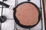 Шаг 4. Вылить половину массы на сухую разогретую сковороду. Обжарить с двух стор