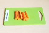 Шаг 1. Брусочками нарезать морковь.