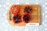 Шаг 6. На кружочки помидора разложить нарезанные маслины.