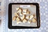 Шаг 1. Кусочки белого хлеба сбрызнуть оливковым маслом и отправить в духовку на