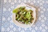 Шаг 4. На дно тарелки выложить салатный микс.