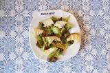 Шаг 7. Разложить кусочки курицы и сухарики, а сверху посыпать сыром.
