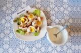 Шаг 9. Заправить салат и присыпать тертым сыром.
