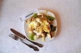 Готовое блюдо: салат Цезарь с курицей и яйцом