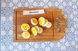 Шаг 4. Нарезать яйца кружочками.
