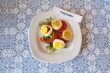 Шаг 7. На тарелке разложить салатные листья, нарезанные томаты и яйца.