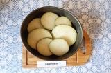 Шаг 3. Разложить баклажаны на дно формы и посолить.